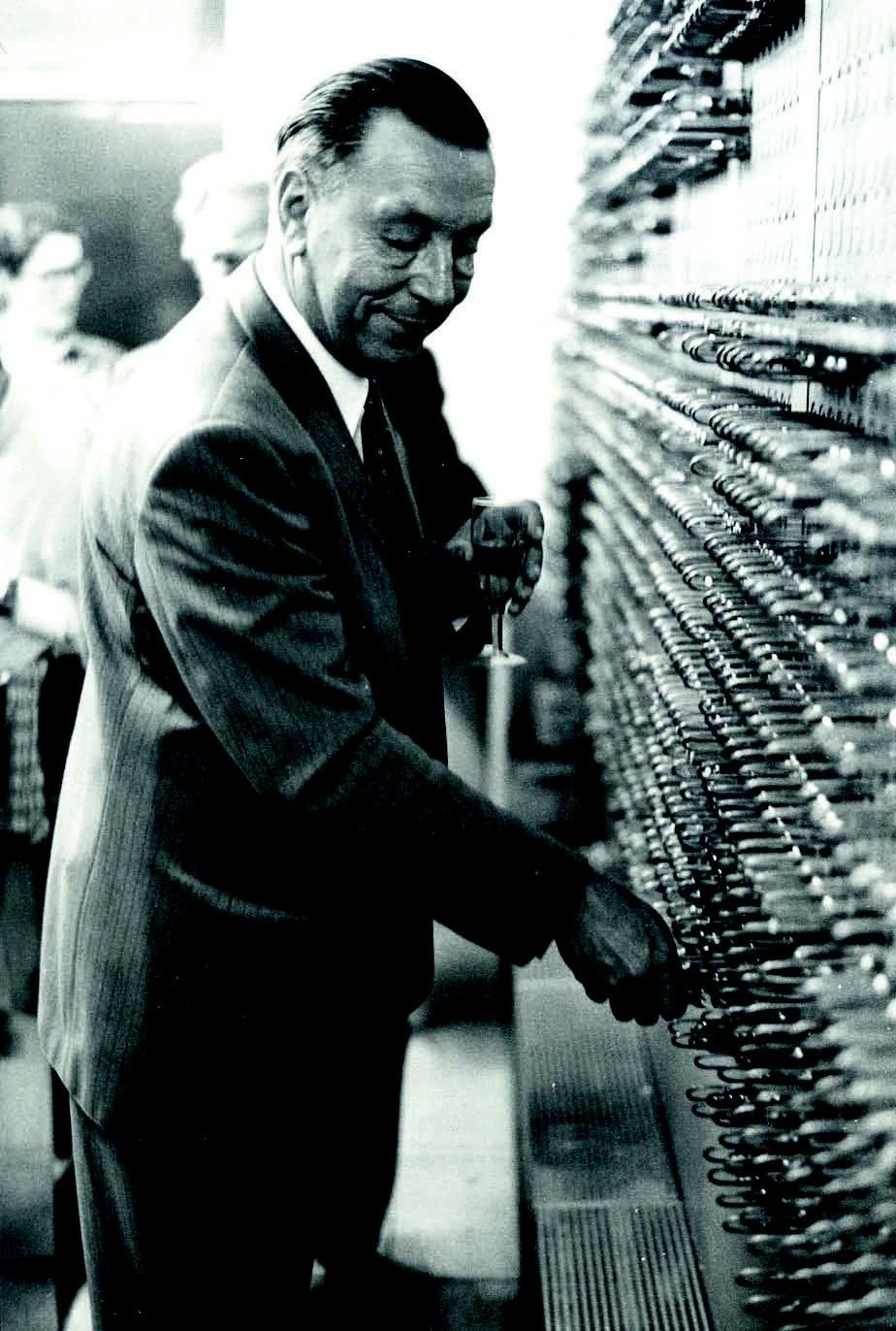 Computer pioneer Heinz Billing with his G3 calculation engine being decommissioned after 12 years of operation in 1972.