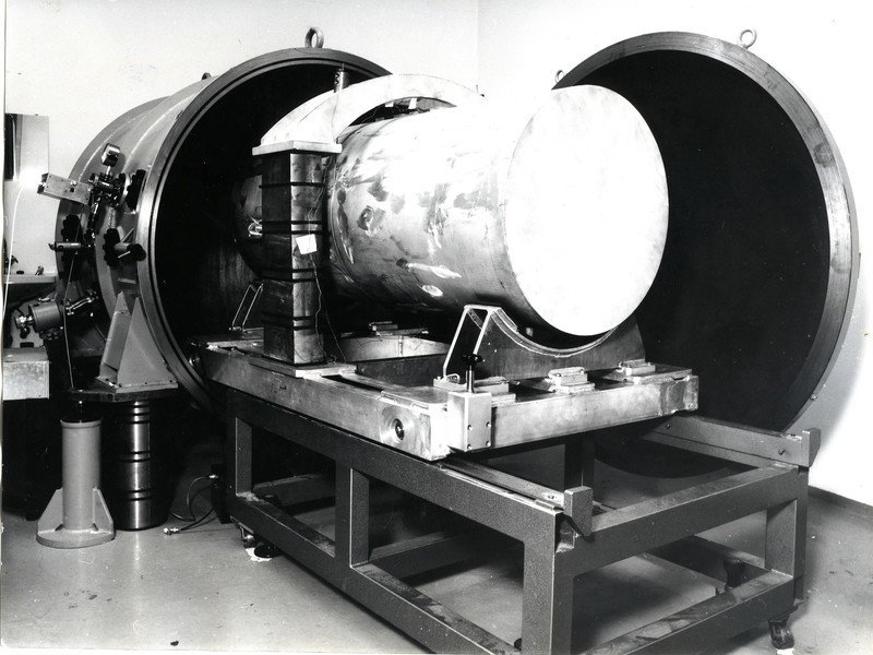 <p>Weighty experiment: The Billing group used a massive aluminium cylinder like this at the beginning of the 1970s in their search for gravitational waves.</p>
